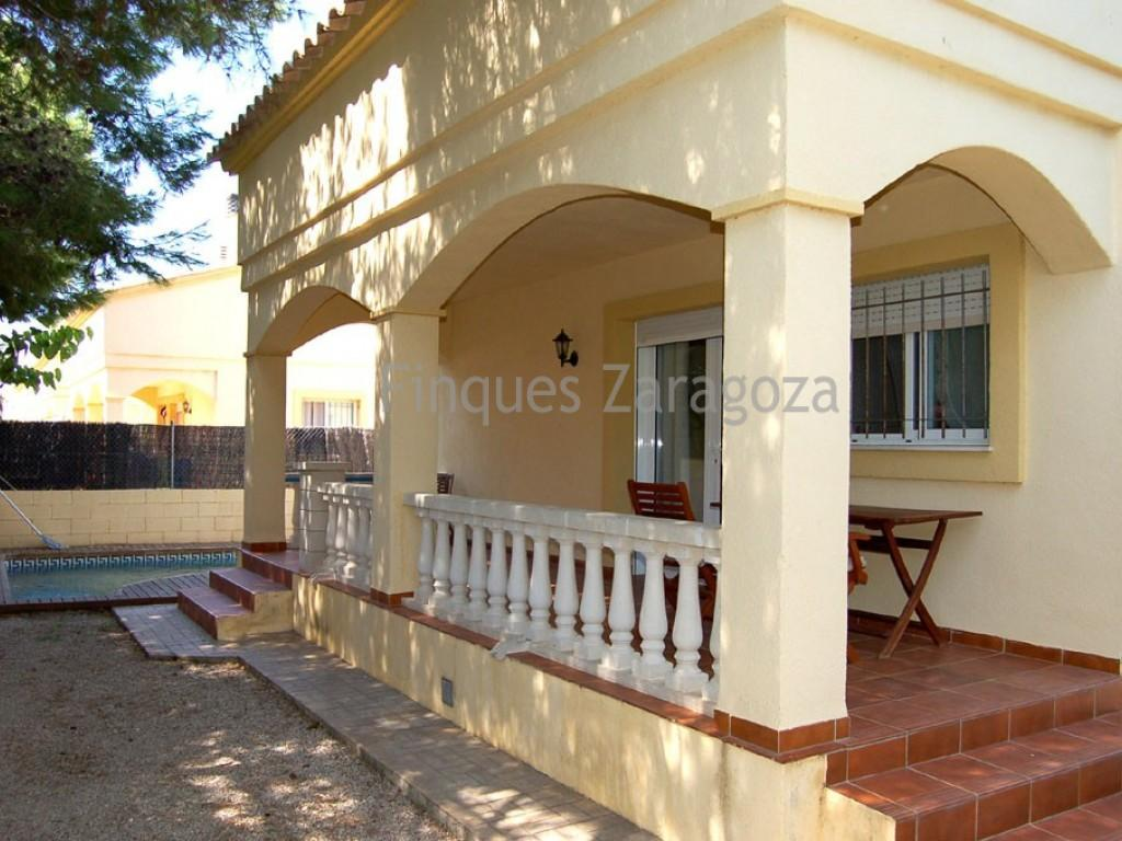 With a built surface of 85m2 + 35m2 loft, this detached chalet is distributed as follows: Ground floor: dining- and sitting area with fireplace, a fully-equipped kitchen, 1 bedroom with built-in wardrobes and 1 bathroom with bath.Upper floor, loft: with a large bedroom and sitting area as well as terrace, a single room and a bathroom with shower. Private fenced garden and pool including a parking area.