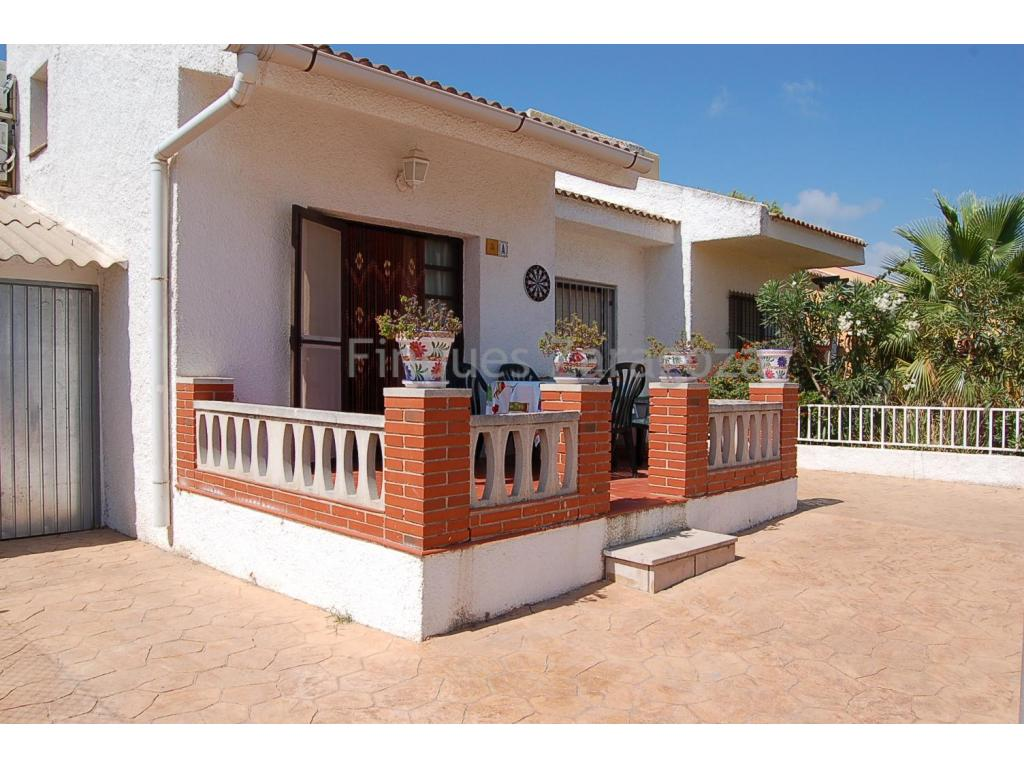 Built on a land plot of 200m2 and situated in a quiet quarter of Riumar but just a 2-minute walk to the beach, this chalet comprises an open kitchen, dining- and sitting room, 3 bedrooms and 1 bathroom. It also has a wooden built loft in the lounge area.The house also boasts a private pool and a parking slot. With a brick built barbecue, PVC made and double glazed windows.