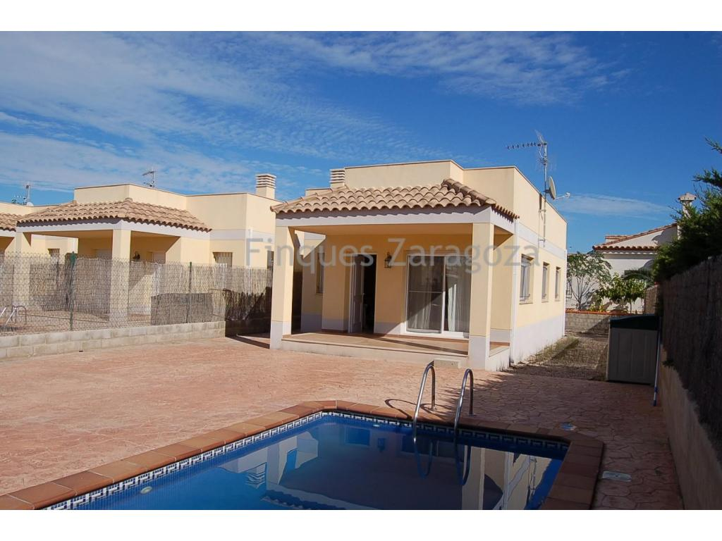 81m2 Detached house comprising 3 double bedrooms, 2 bathrooms, a fully-equipped kitchen, dining- living room and storage room. The property also includes a terrace-solarium and a private pool on a land plot of 300m2.Only 400m off the beach and the sea promenade.