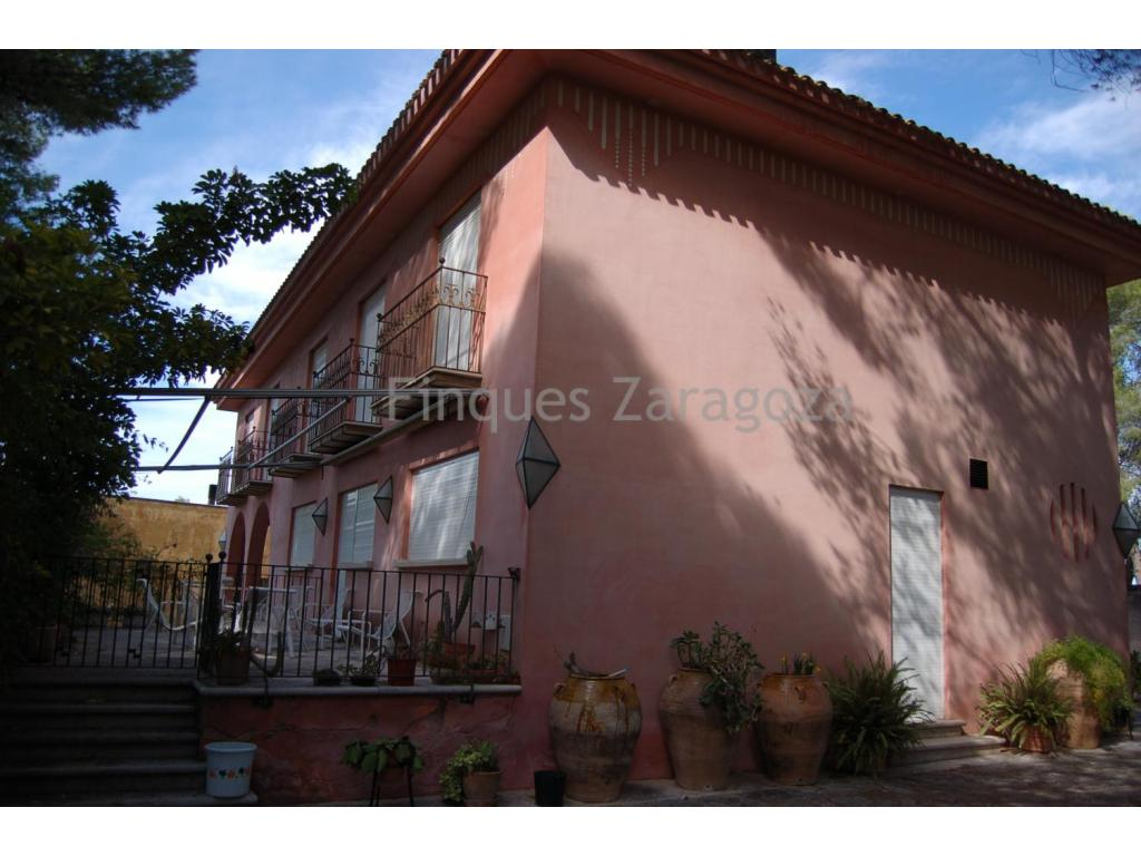 3 store and 550m2 country house in the historical town of Tortosa. This country villa has a land plot of 3.760m2. The house boasts a large sitting and dining room area with and separate kitchen, a private meeting room and office. It also has 5 double bedrooms, all of them furnished with good quality furniture and 4 bathrooms.Moreover, the villa also has a small summer cottage of 110m2 where families can enjoy a barbecue, its terrace and private pool . The house also possesses a parking area for two cars.