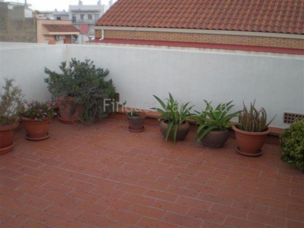 Duplex type terraced house in the coastal tourist town of l'Ampolla, the gate to the Delta. This is a three double bedroom house with 2 fully-equipped bathrooms, one with bath, the second with shower. Additionally, there's a laundry room and a private upper terrace. Air conditioning too.